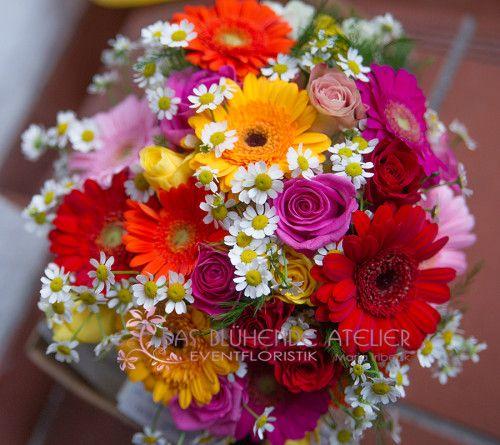 Margariten, Geberas in rot-orange, gelb und pink gelb und pinke Rununkeln (?) -> Rununkeln gibt es nicht mehr im Juli