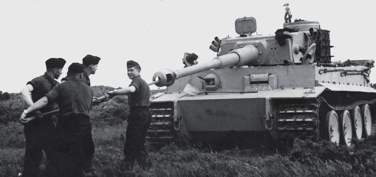 The crewmembers of Tiger '312' from schwere Panzer-Abteilung 502 cleaning the barrel of the gun