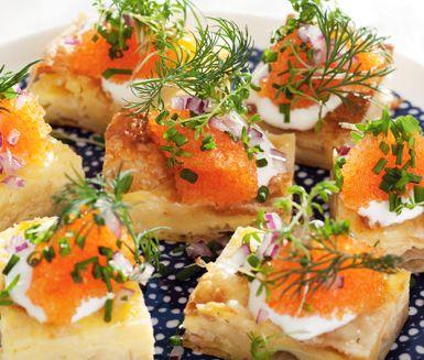 Detta recept på västerbottensruta med löjrom är utmärkt att servera som plockmat till fest. Du gör snittarna av bland annat smördeg, ägg, crème fraiche, Västerbottensost, rödlök, gräddfil och löjrom. Lyxigt och utsökt.
