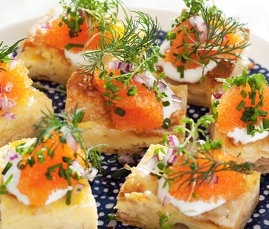 Detta recept på västerbottensruta med löjrom är utmärkt att servera som plockmat till fest. Du gör snittarna av bland annat smördeg, ägg, crème fraiche, västerbottenost, rödlök, gräddfil och löjrom. Lyxigt och utsökt.