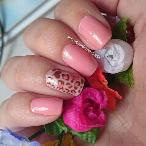 Unhas cor de rosa decoradas simples com películas de oncinha