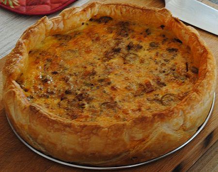 Recept voor hartige taart met gehakt en olijven.