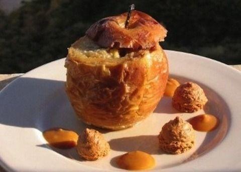 Le Mele al forno ripiene sono un dolce decisamente gustoso e non calorico, visto il basso apporto fornito dalla mela. Il composto sarà di pangrattato, zuc