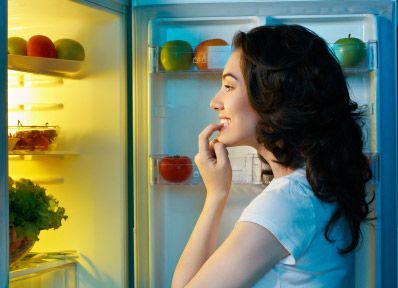 The 4 BEST Foods To Eat Before Bed: 1. White Meat Protein (not red meat) 2. Cottage Cheese 3. Green Vegetables 4. A Slow-Digesting, Low-Carb Protein Shake