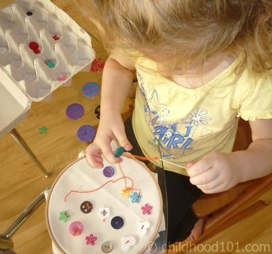 début…Hands Sewing Projects For Kids, Toddlers Sewing, Sewing Baskets, Ideas, Kids Sewing, Sewing Buttons, Fine Motors, Embroidery Hoop, Motors Skills