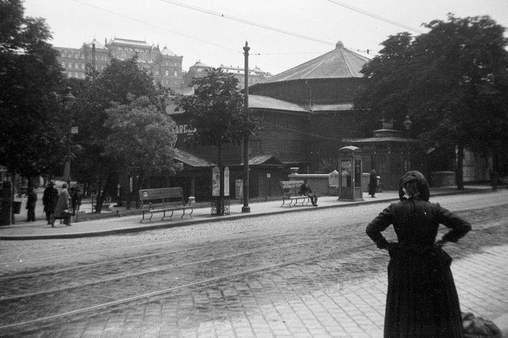 Krisztina körút, Budai Színkör. Háttérben a József főhercegi palota a budai Várban.