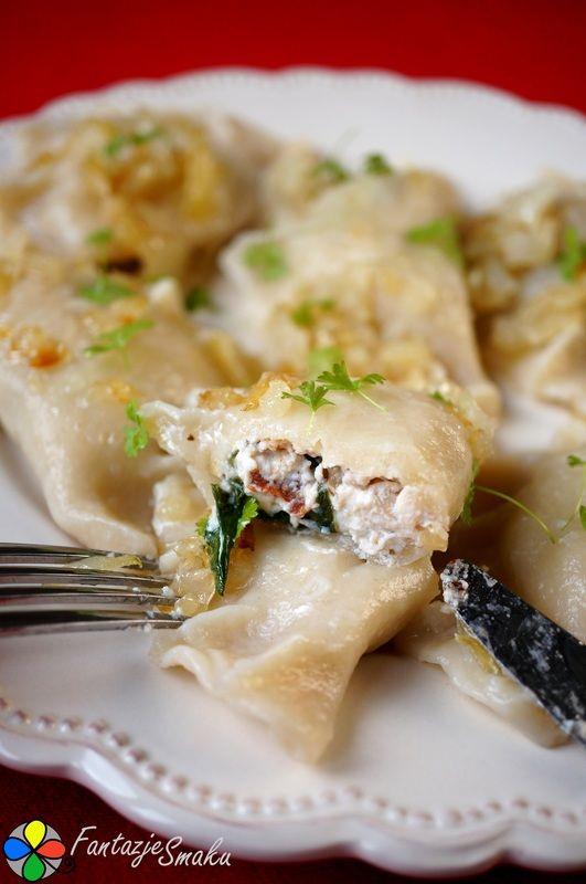 Pierogi ze szpinakiem, ricottą, suszonymi pomidorami, żurawiną i orzechami włoskimi http://fantazjesmaku.weebly.com/blog-kulinarny/pierogi-ze-szpinakiem-ricotta-suszonymi-pomidorami-zurawina-i-orzechami-wloskimi