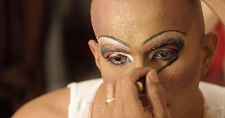 Como fazer uma maquiagem de travesti para parecer uma bruxa cigana. Enquanto a arte de fazer uma maquiagem de travesti tem seus próprios desafios, fazer uma maquiagem de travesti para um personagem pode ser ainda mais difícil, porque o objetivo não é apenas ser convincente como mulher, mas também ser convincente em uma caracterização específica. A bruxa cigana é um papel tradicional, muitas vezes representado por ...