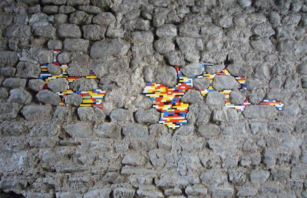 Jan Vormann es un artista dedicado a intervenir la ciudad mediante... ¡legos! Así, borra las heridas causadas durante la Segunda Guerra Mundial.