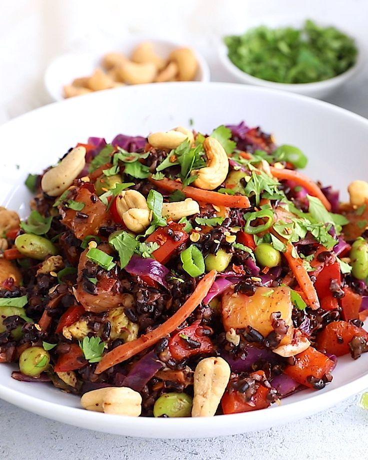 Riso fritto vegetariano sano a base di riso proibito, peperone rosso, carote …