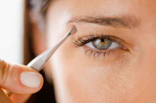 Procura evitar estos errores comunes a la hora de depilarte las cejas.