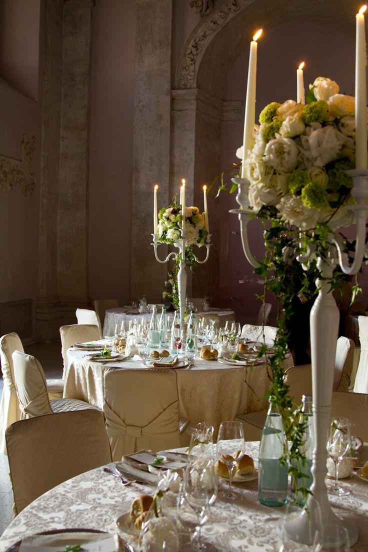 Decorazioni #verdi per una tavola tutta #natura. #edera #rose #white ...