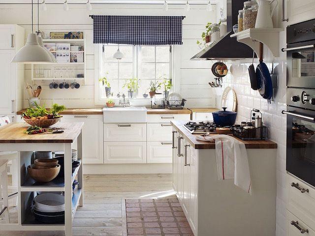 Modernizált rusztikus konyha sok természetes kiegészítővel, niytott polcokkal, porcelán mosogatóval, kockás római rolóval.