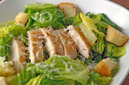 Ensalada César para un almuerzo light y con pollo es más rica.