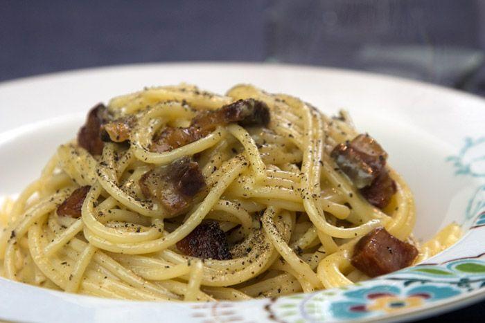 Η καρμπονάρα (pasta alla carbonara), είναι ένα πιάτο-μύθος της Ιταλικής κουζίνας, γεμάτο ενδιαφέρουσες αντιθέσεις, μπλεγμένες ιστορίες και άγνωστες πτυχές παρά την απλότητα της σύνθεσης της.