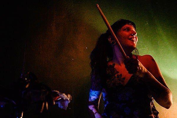 """""""A bateria é um instrumento extremamente masculinizado e o meio musical sempre foi dominado por homens. Fiz faculdade de produção fonográfica e, numa turma de 50 alunos, só havia duas mulheres. Por isso tento reverter essa lógica,"""" explica a baterista, produtora, professora e DJ Larissa Conforto (@larissaconforto). Inspirada no movimento grunge e nas Riot Grrrls da década de 1990, esta carioca de 27 anos começou a tocar bateria escondida dos pais quando tinha apenas 13. Ela desenvolveu o…"""