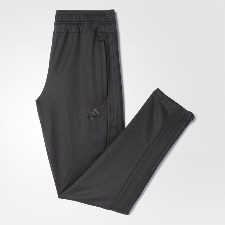 Warm up without getting too hot in these junior boys' soccer pants. Made with breathable climacool® ventilation, they feature ankle zips and a tapered cut.