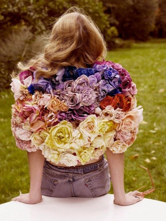 Bild påLana Del Rey med härliga kontraster - jeans och en jacka av färska snittblommor
