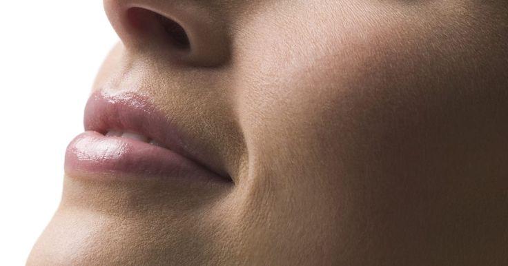 Remédio caseiro para dor e ressecamento nasal. Um nariz seco é geralmente o resultado de um resfriado ou de uma gripe. A secura no nariz também pode ser causada por um ataque recente de frio ou uma infecção nasal. A utilização contínua de descongestionantes também pode fazer com que o muco seque, o que pode causar a obstrução da passagem de ar nas narinas, podendo gerar a irritação. Um nariz ...