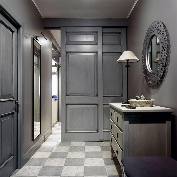 <p>Автор проекта: бюро I.D. Interior Design.</p> <p>Современная классика и интерьер узкой прихожей вполне совместимы. Главное – правильно подобрать ключи. Большие зеркала разной формы, французский пол в шашечку,  благородная серая гамма – это слагаемые успеха.</p>