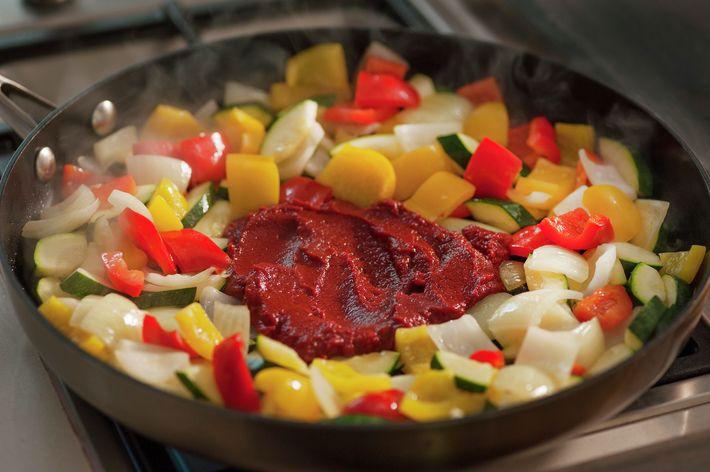 Ratatouille er klassisk og fargerikt tilbehør med inspirasjon fra Provence i Frankrike. Vi har laget en variant med paprika, squash, løk, tomat og krydder. Enkelt, godt og raskt tilbehør som passer til det meste!
