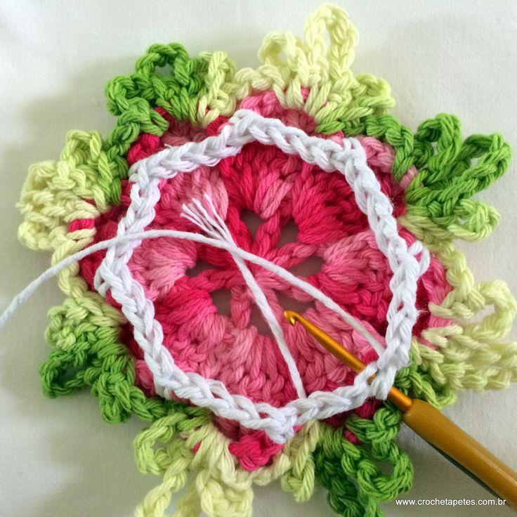 EXECUÇÃO : MARIA BUENNO DO BLOG: http://www.croche.com.br Materiais utilizados nesta flor: Barbante barroco multicolor mescla...