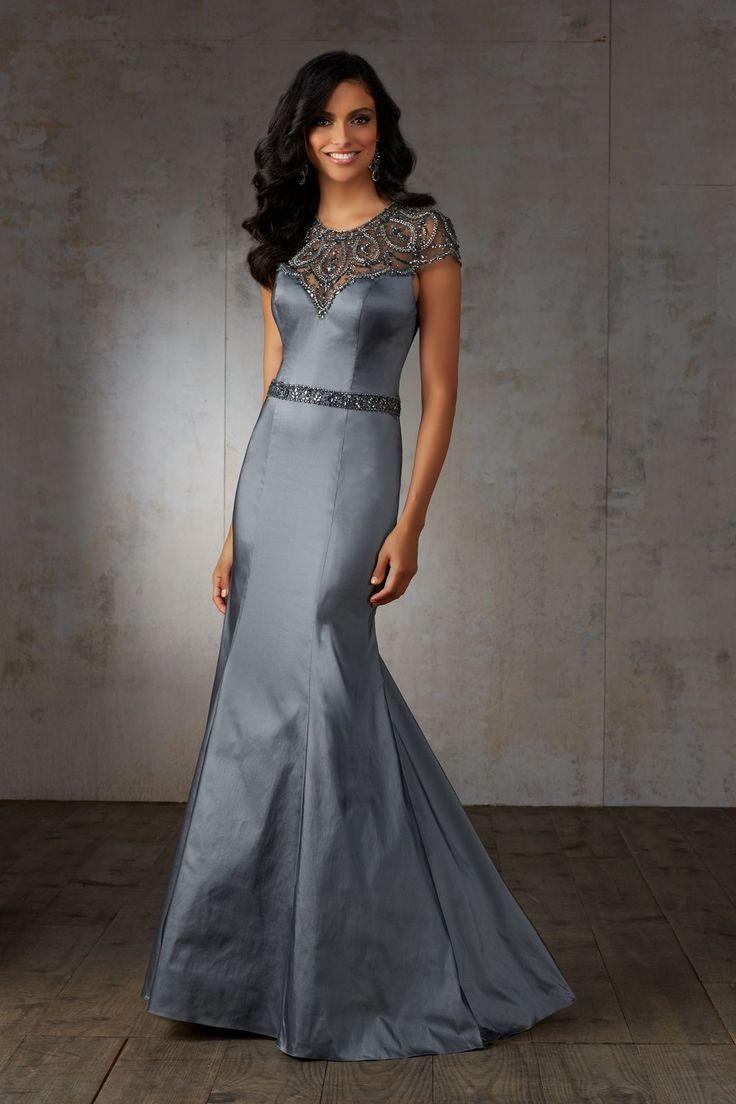Wytworna suknia Mori Lee, z biżuteryjnym dekoltem. Wspaniałe rękawy i dekolt, z haftowanymi wzorami z koralików na iluzorycznym materiale. Suknia …