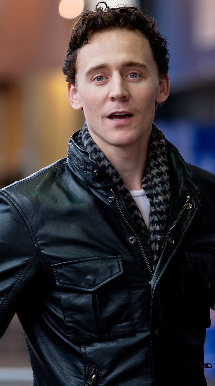 Tom Hiddleston, wearing his Loki scarf from Thor 1.  <---- Tom always has such great style.  The scarf looks great with the leather jacket!