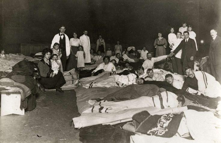 Eerste Wereldoorlog, Vluchtelingen. Belgische vluchtelingen ondergebracht in de Amsterdamse IJsclub, Nederland 1914. Foto: De slaapzaal.