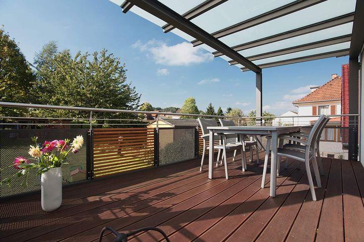 Balkonanbau - Holz und Locheisen als Sichtschutz