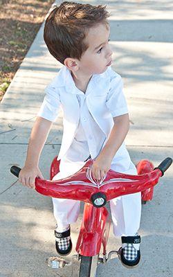 Chic boys suit in white #boyssuit #whitesuit #suitsale #boysformalwear #babyformalwear #sale #kidsformalwear