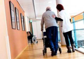 """15-Jun-2014 8:32 - MASSAONTSLAG IN DE ZORG VERWACHT. Werknemers van verzorgingshuizen, verpleeghuizen en in de thuiszorg staat een grote ontslaggolf te wachten. Volgens ActiZ, de werkgeversorganisatie in de zorg, zijn vanwege de bezuinigingen van 2,5 miljard euro de afgelopen maanden al 11.000 ontslagen aangekondigd, maar de grote bulk moet nog komen. Directeur Aad Koster van ActiZ verwacht dat er tot 2015 in totaal nog zo'n 55.000 mensen hun baan verliezen. """"Het gaat veelal om banen..."""