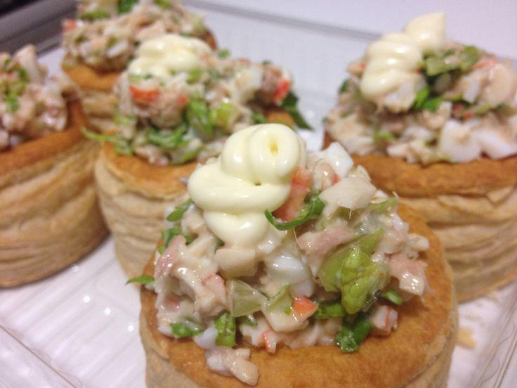 Volovanes rellenos de palitos de cangrejo, lechuga, huevos, atun y mayonesa