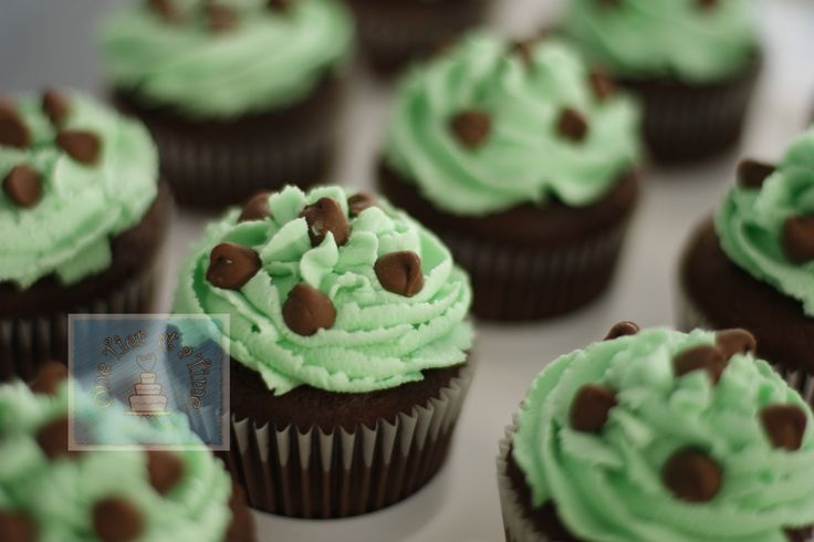 mint chocolate chip cupcakes with mint buttercream