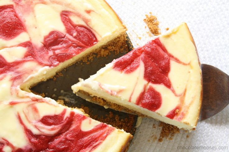 Strawberry Swirl Cheesecake from www.chocolatemoosey.com