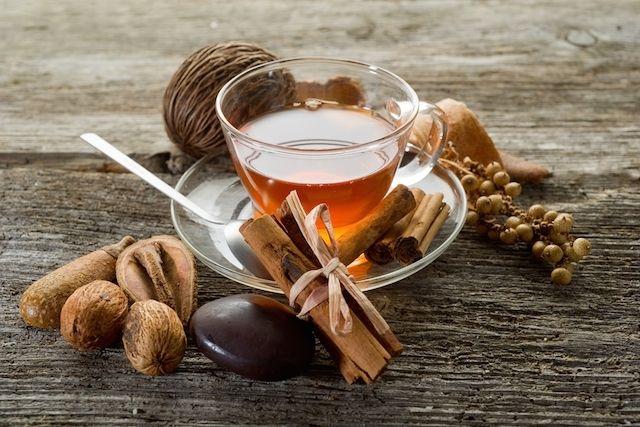 O chá de canela com cravo-da-índia é ótimo para controlar a tosse com catarro, assim como o suco de cenoura e o chá de urtiga que é bom para tosse...