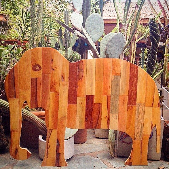 Se trata de un elefante hecho con pedacitos de madera de quebracho blanco . Mide aproximadamente  70 cm de alto por 110cm de largo y 3 cm de espesor .