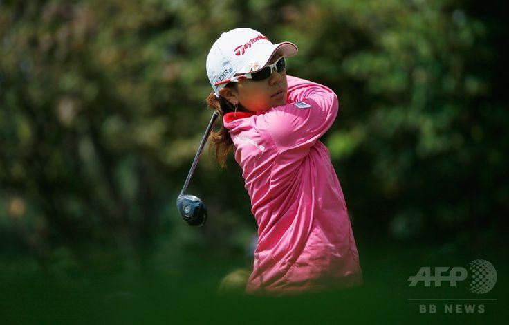 女子ゴルフ米国ツアーメジャー第4戦、全米女子プロ選手権(Wegmans LPGA Championship 2014)初日。13番でティーショットを打つ宮里美香(Mika Miyazato、2014年8月14日撮影)。(c)AFP/Getty Images/Scott Halleran ▼15Aug2014AFP|トンプソンと李美娜が首位発進、全米女子プロ http://www.afpbb.com/articles/-/3023113 #Wegmans_LPGA_Championship_2014 #Mika_Miyazato