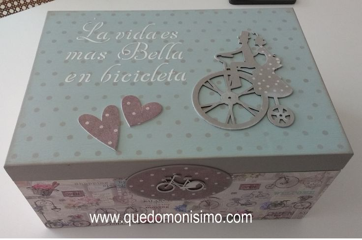 Caja de madera decorada con pintura de tiza y papel. Las siluetas de los corazones están hechas con troqueles en cartón grueso y el stencil con pasta de relieve