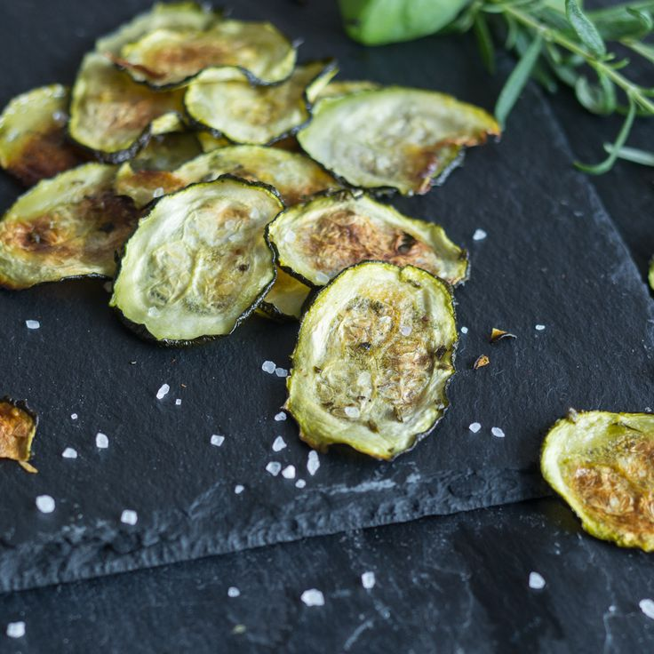 Zucchini Chips mit Basilikum und Rosmarin