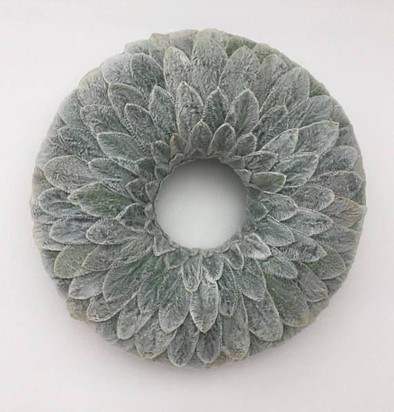 Was ist weich, unscharf und silbrig grau-grün? Es ist Lämmer Ohr (Niederwendischen Byzantina). Lämmer Ohr hat seinen Namen von der Form und Gefühl der eiförmige Blätter. Die Pflanze hat antiseptische, entzündungshemmende und antibakterielle Eigenschaften und ist saugfähig. Lämmer Ohr ist eine Pflanze mit kleinen Sprenkeln der Haare, die Menschen finden interessante und sind zu berühren und fühlen sich seine Textur gezeichnet. Die Pflanze ist auch auffälliger mit seinen weichen lilanen…