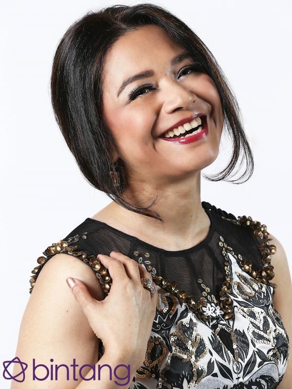 #Bintang3Generasi #1TahunBintang #Eksklusif  Industri boleh saja berubah. Namun soal lagu, Ruth Sahanaya tetap konsisten mengusung tema cinta. Sebut saja album Seputih Kasih yang meledak di pasaran. Uthe tak menampik, dari tahun ke tahun tema cinta selalu diminati penikmat musik di tanah air.  #RuthSahanaya #Penyanyi #Bintang #Indonesia