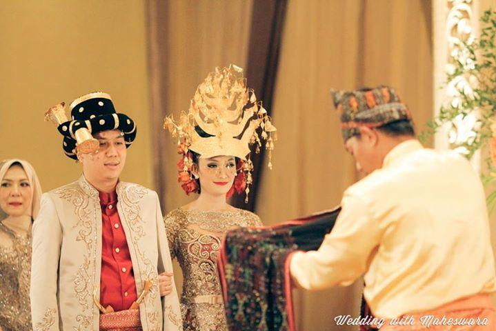 Pada pernikahan adat Batak Mandailing Sumatra Utara, terdapat prosesi mangulosi atau pemberian ulos kepada pasangan pengantin.
