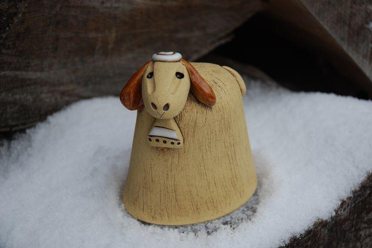 Velikonoční ovečka - keramická Keramická ovečka - velikonoční dekorace. Výška10,5 cm, délka-8 cm. Vyrobeno ze šamotové hlíny. Ručně modelováno.