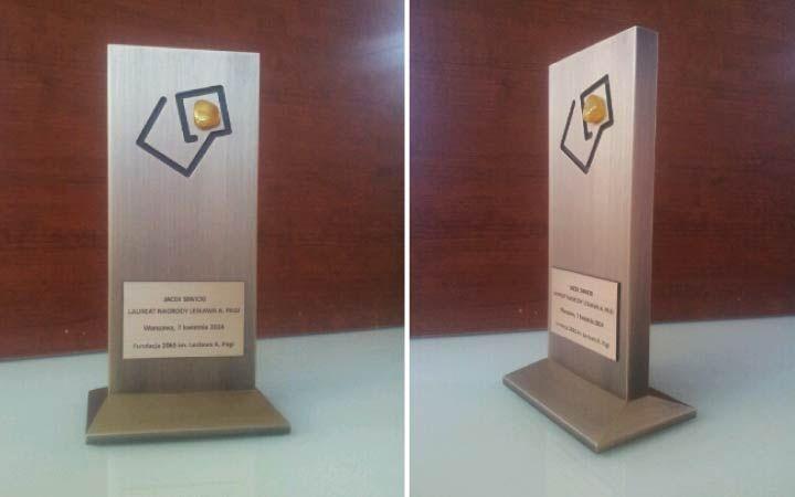 Jesteśmy dumni, że nasza firma zaprojektowała oraz wykonała tą nagrodę. Charakterystycznym elementem statuetki jest bursztyn, który został umieszczony w miejscu gdzie znajduję się kropka w logo nasza klienta. Już od 10 lat Fundacja 2065 im. Lesława A. Pagi przyznaje Nagrodę Lesława A. Pagi, honorowe wyróżnienie dla ludzi wybitnych, którzy potrafią odważnie podejmować decyzje, wybiegają myślą w przód, są skuteczni i opierają się w swojej działalności na zasadach etycznych. Nagroda stanowi…