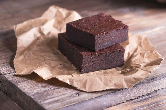 El fudge de chocolate es un caramelo de consistencia blanda pero firme. Es una receta muy sabrosa que también nos puede servir para otras preparaciones, como por ejemplo brownies. Verás que esta receta es muy sencilla y, una vez que la domines, podrás realizarla sin problemas e incluso incorporar la misma a otras r