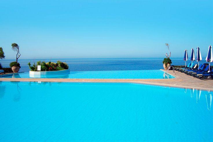 Drømmer du om at ligge her og kigge ud over havet? Tjek vores rejser og tilbud ud til Cypern nu på www.startour.dk