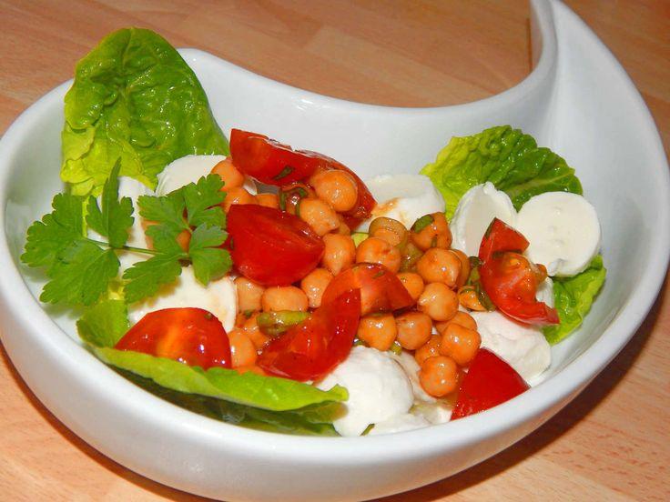 Csicseriborsó saláta recept: Ennek a csicseriborsó saláta receptnek nagyon sok jó élettani hatása van így érdemes fogyasztani. Többek között magas a rosttartalma a csicseriborsónak, rendszeres fogyasztása jó annak, aki vérnyomás problémákkal vagy magas koleszterinszinttel küzd.