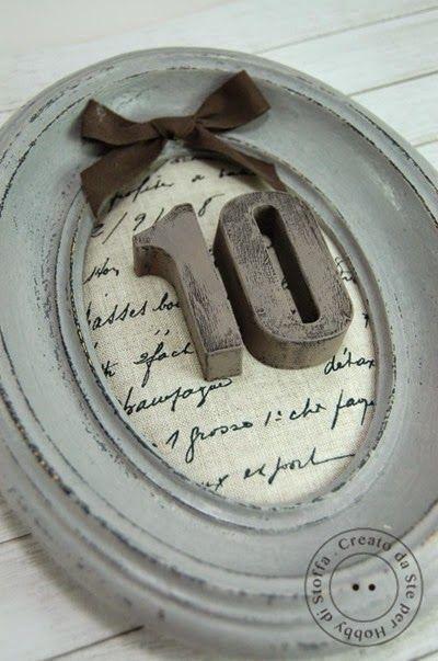 Cornice shabby con base in lino stampato e decorazione in gesso colorato Colori Tommy Art: nero bruno - grigio pietra - Fango - cera neutra