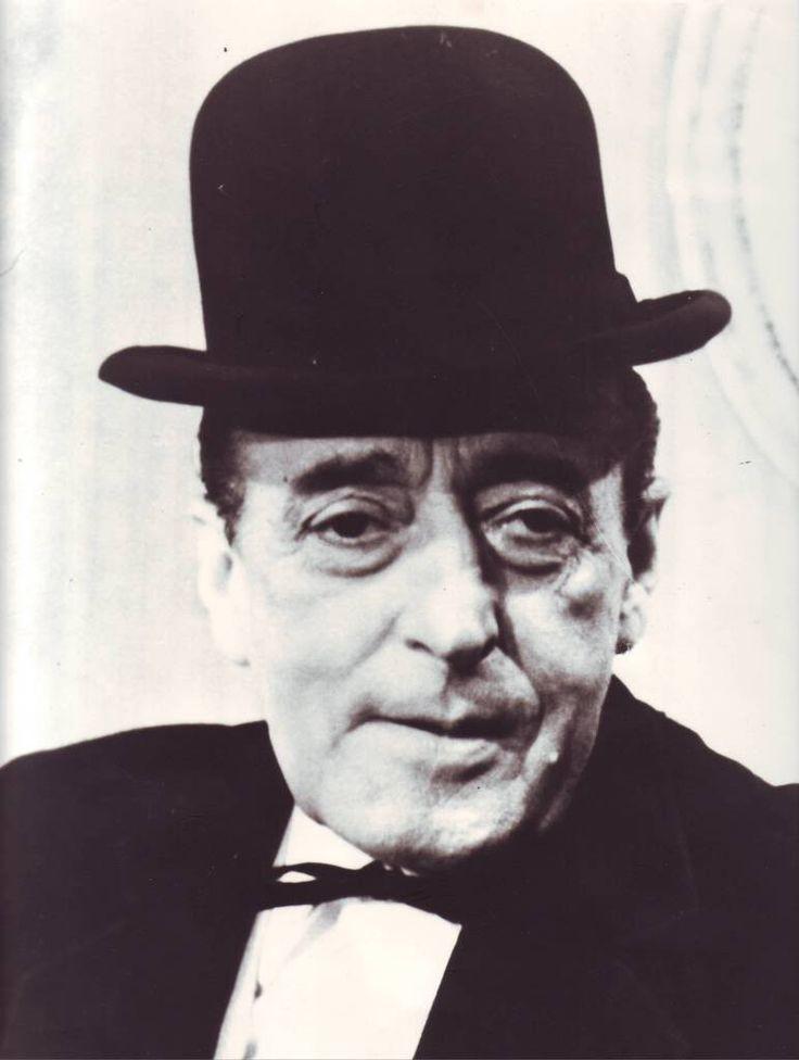 Totò  (Antonio De Curtis) -  Roma, 15 aprile 1967 « Al mio funerale sarà bello assai perché ci saranno parole, paroloni, elogi, mi scopriranno un grande attore: perché questo è un bellissimo paese, in cui però per venire riconosciuti qualcosa, bisogna morire. »